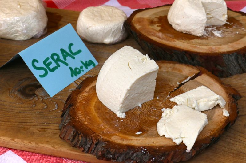 Ziegenkäse aus Chandolin schmeckt am besten mit Salz auf Walliser Roggenbrot.