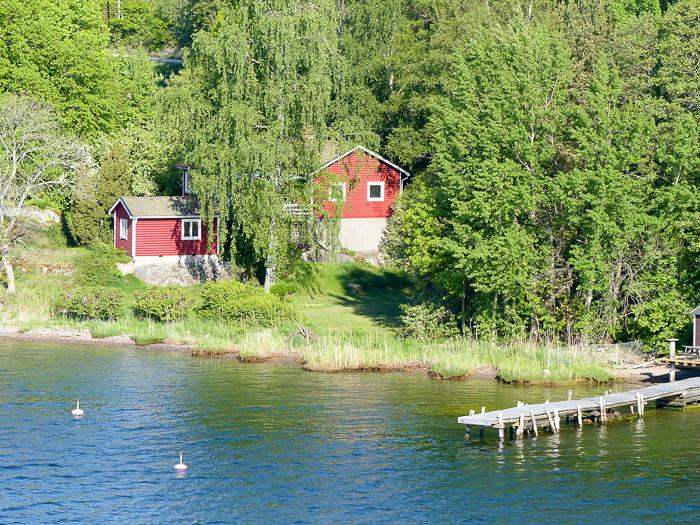 Holzhäuser auf den Schären vor Stockholm