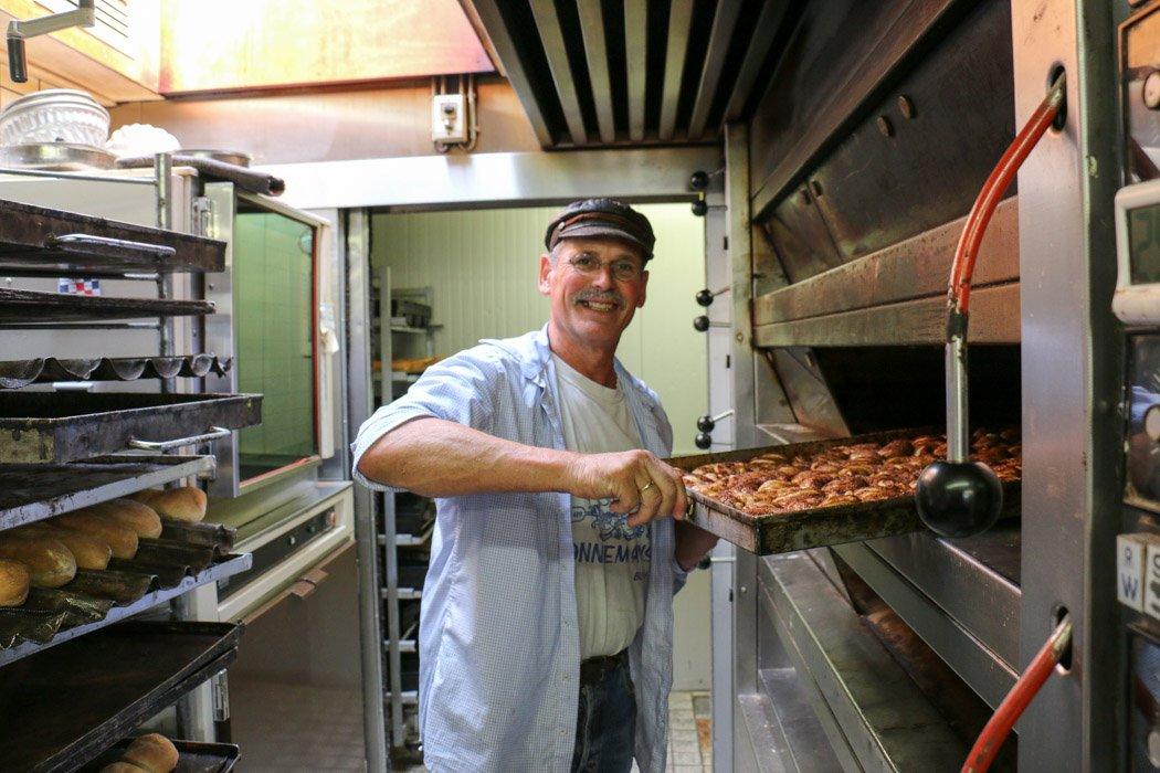 Bäcker Mathieu mit seinen Zeeuwse Bolussen von der Bäckerei Sonnemans