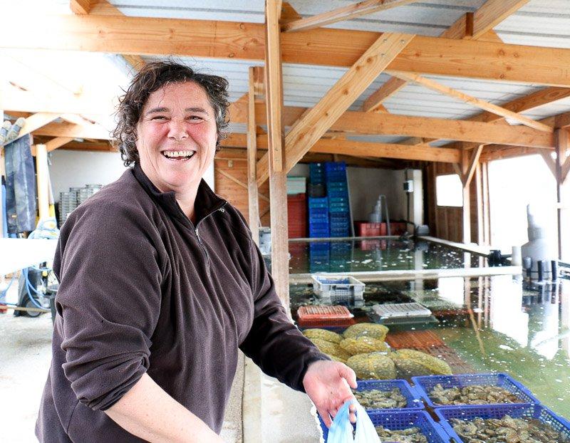 Von Austernzüchterin Béa lässt sich der Kommissar erklären, wie das Geschäft mit der weltberühmten Delikatesse funktioniert