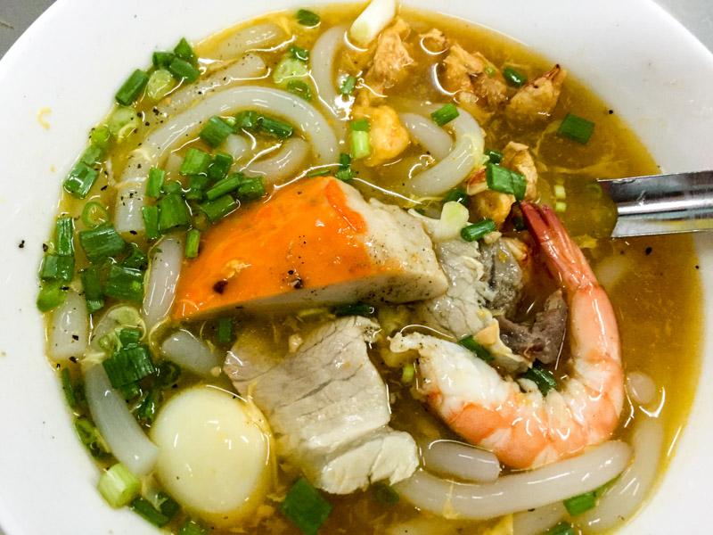 Suppe mit Meeresfrüchten und mehr ... schmeckt köstlich.