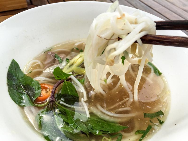 Pho Bo, die berühmte Rindfleisch-Nudelsuppe in Vietnam. Essen die Einheimischen gern zum Frühstück.