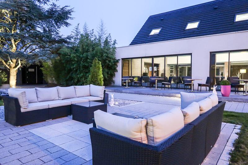 Lounge-Ecke im Innenhof