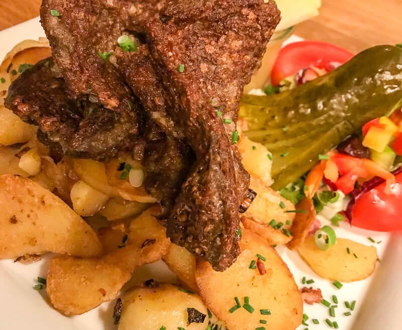 Knipp, einei Bremer Spezialität aus Grützwurst mit Bratkartoffeln