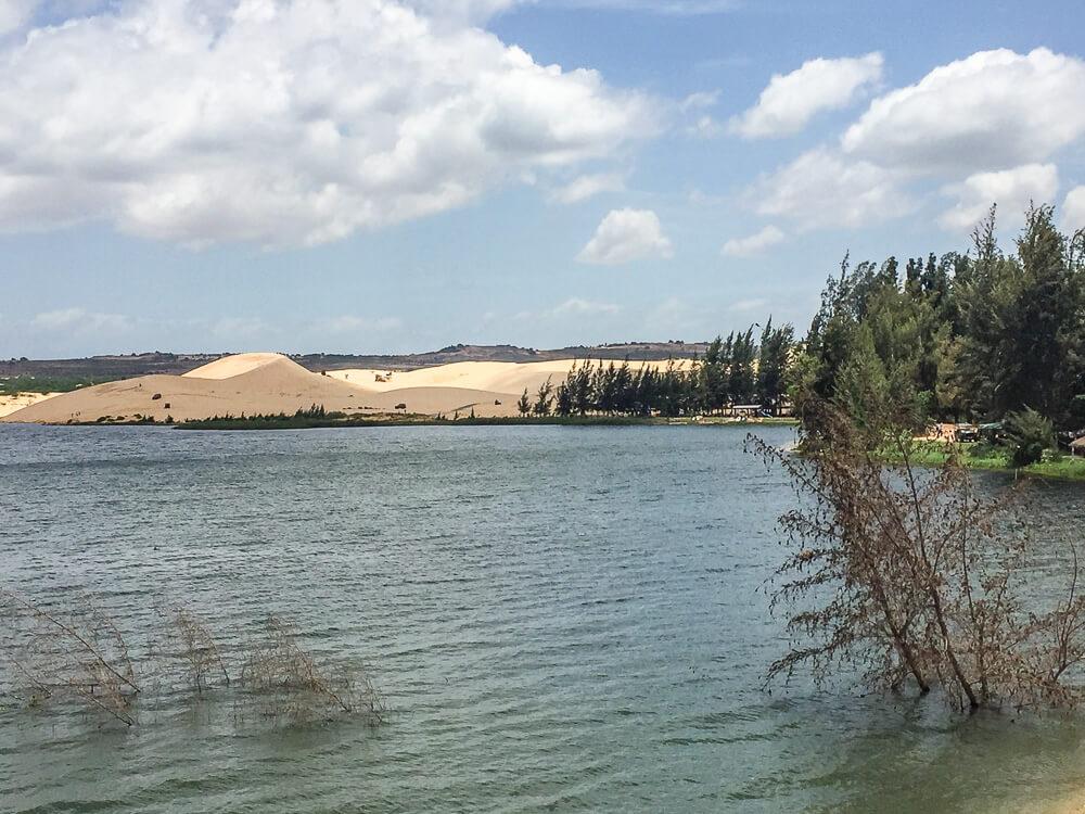 Ban Ba, Lotus-See mit den weißen Dünen im Hintergrund #muine #vietnam #fernreise #delicious_travel