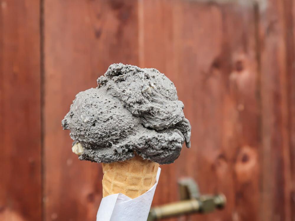 Schwarzes Knoblaucheis mit weißer Schokolade