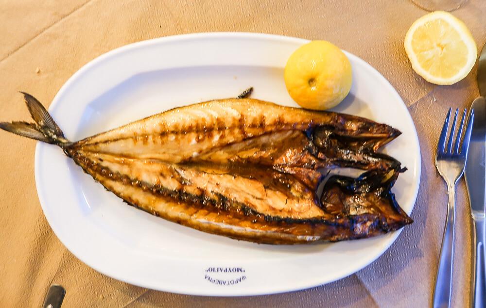 Sonnengetrocknete Makrele: Gouna, die Fischspezialität auf Paros
