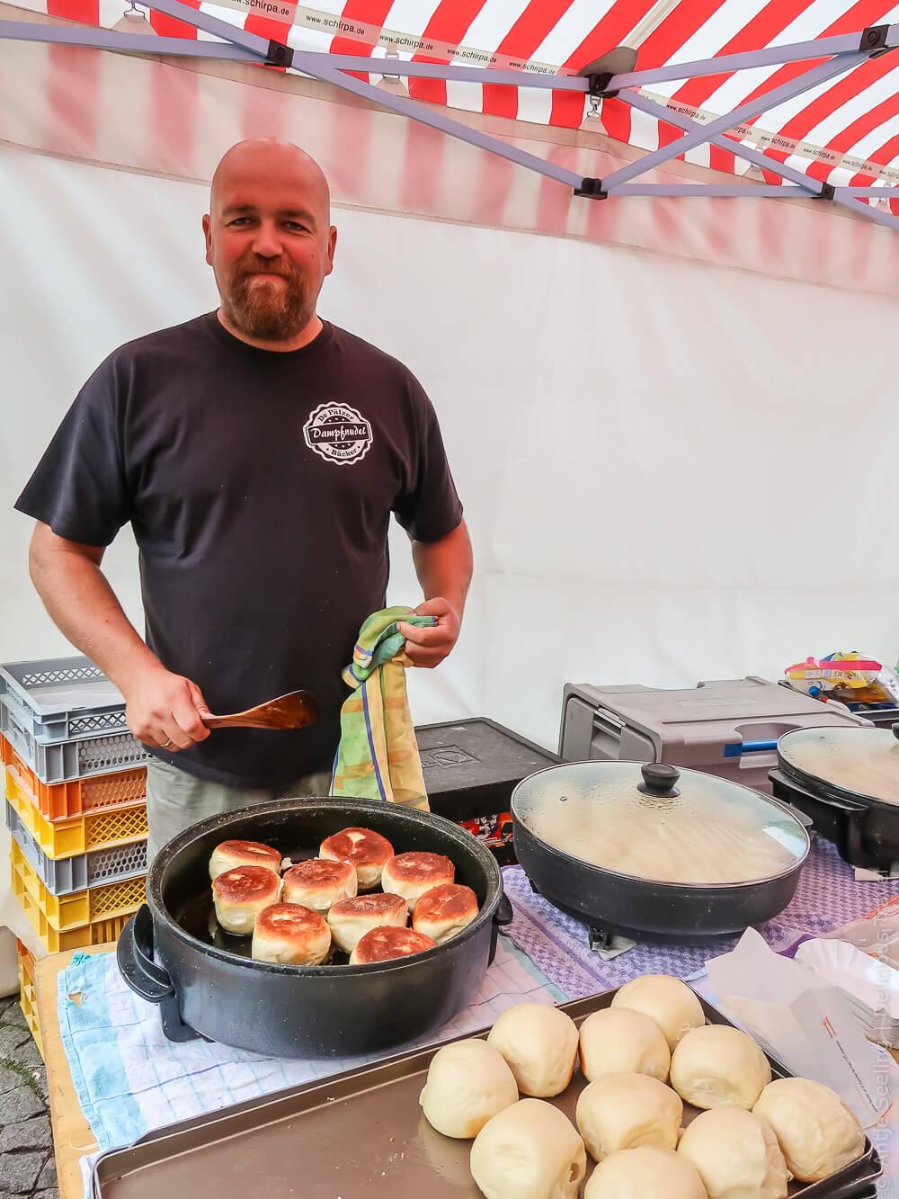 Dampfnudelbäcker auf dem Wochenmarkt