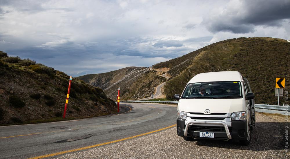 Bis auf 1.845 Meter hoch gehts auf der Great Alpine Road durch Victoria in Australien.