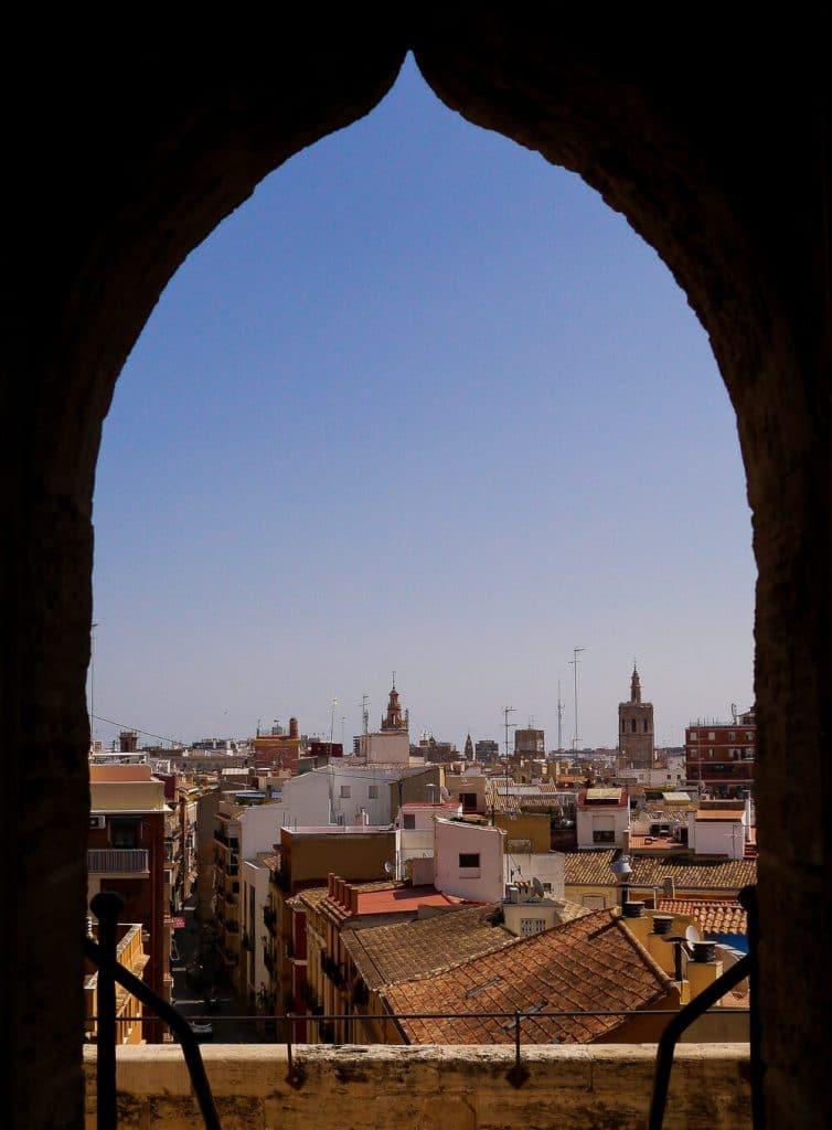 Blick vom Torres de Quart über die Dächer von Valencia