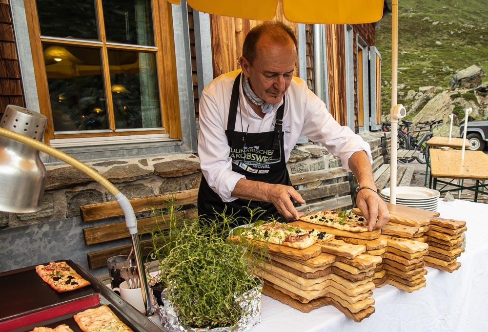 Jean-Georges Klein bereitet Flammkuchen zu auf der Jamtalhütte