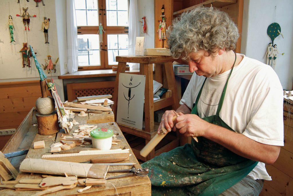 Holzschnitzer bei der Arbeit, Foto: Höcherl