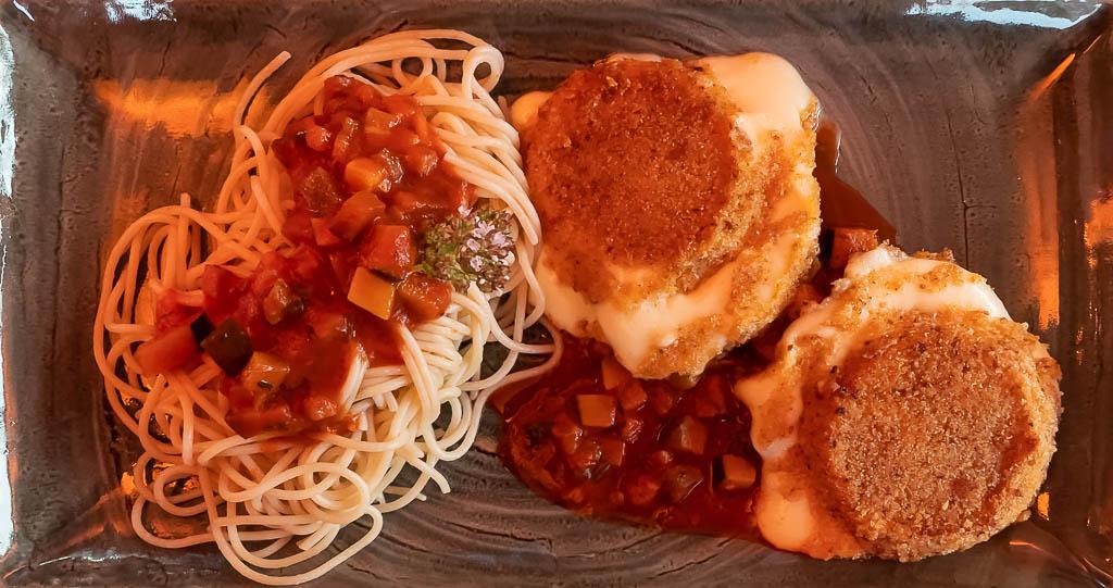 Spaghetti mit Mozzarella und Tomaten